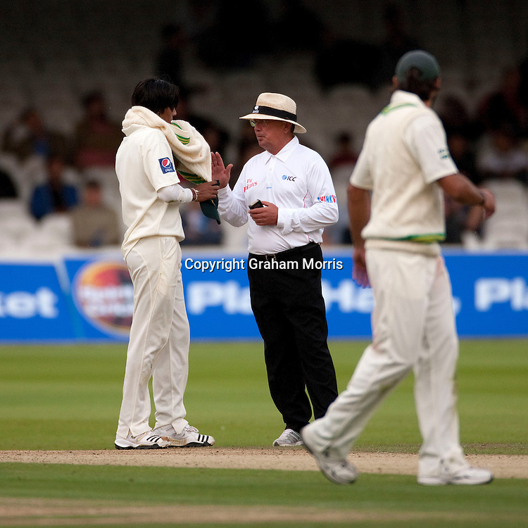 Umpire Ian Gould (right) has a word with bowler Mohammad Asif during the MCC Spirit of Cricket Test Match between Pakistan and Australia at Lord's.  Photo: Graham Morris (Tel: +44(0)20 8969 4192 Email: sales@cricketpix.com) 14/07/10