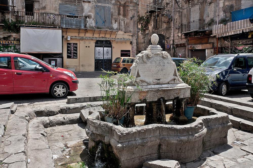 Palermo: &quot;Vucciria market&quot;, Garraffello square, a fountain work of art by Vincenzo Gagini XVI century.<br /> Palermo, mercato della vucciria, piazza Garraffello, la fontana opera di Vincenzo Gagini, XVI sec.