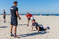 BERGEN - 03-08-2015, strandtraining AZ, strand, AZ speler Aron Johannsson (r), AZ speler Muamer Tankovic (l), AZ trainer John van den Brom (m).