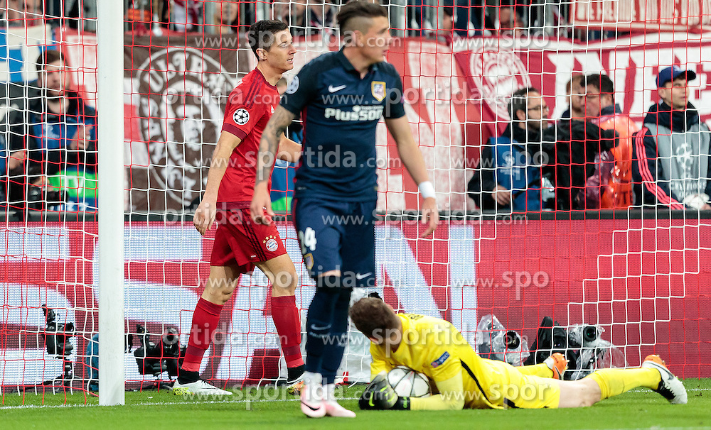 03.05.2016, Allianz Arena, Muenchen, GER, UEFA CL, FC Bayern Muenchen vs Atletico Madrid, Halbfinale, Rueckspiel, im Bild Robert Lewandowski (FC Bayern Muenchen), Jose Gimenez (Atletico Madrid), Jan Oblak (Atletico Madrid) // Robert Lewandowski (FC Bayern Muenchen) Jose Gimenez (Atletico Madrid) Jan Oblak (Atletico Madrid) during the UEFA Champions League semi Final, 2nd Leg match between FC Bayern Munich and Atletico Madrid at the Allianz Arena in Muenchen, Germany on 2016/05/03. EXPA Pictures © 2016, PhotoCredit: EXPA/ JFK