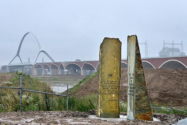 Nederland, Nijmegen, Oosterhout, 9-7-2014Monument ter herinnering van de oversteek door Amerikaanse militairen van de Waal bij Nijmegen in W.O. II, waarbij de Waalbrug werd veroverd als onderdeel van operatie Market Garden is weer teruggeplaatst. 2e wereldoorlog. Dit is ook de plek waar de tweede stadsbrug, brug, uitkomt. Die verbindt de vinexwijk in Lent en Oosterhout met de stad. Hij begint aan de overkant naast de elektriciteitscentrale. Foto: Flip Franssen/Hollandse Hoogte