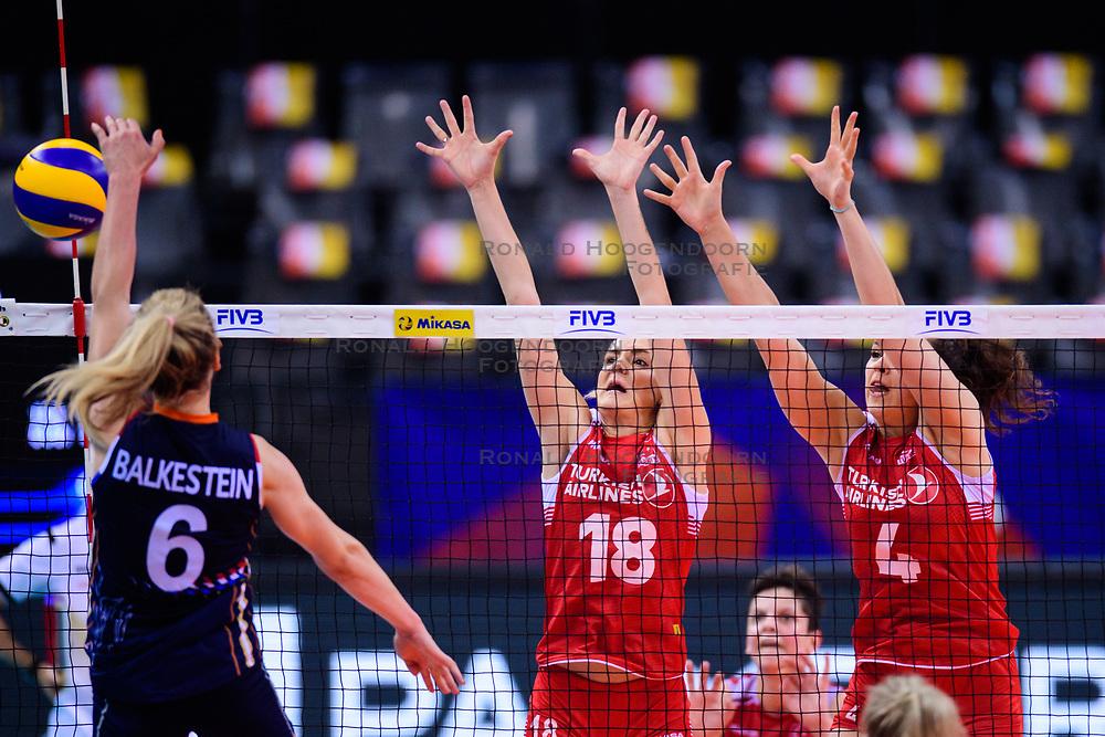 12.06.2018, Porsche Arena, Stuttgart<br /> Volleyball, Volleyball Nations League, Türkei / Tuerkei vs. Niederlande<br /> <br /> Angriff Maret Balkestein-Grothues (#6 NED) - Block / Doppelblock Gamze Alikaya (#18 TUR), Beyza Arici (#4 TUR)<br /> <br /> Foto: Conny Kurth / www.kurth-media.de