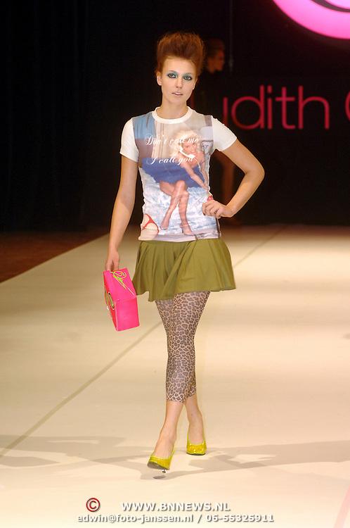 NLD/Amsterdam/20060328 - Modeshow Judith Osborn 2006, model, catwalk,