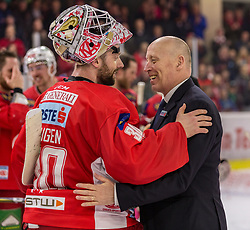 05.04.2019, Stadthalle, Klagenfurt, AUT, EBEL, EC KAC vs Moser Medical Graz 99ers, Halbfinale, 4. Spiel, im Bild Lars HAUGEN (EC KAC, #30), Doug Mason (Graz 99-ers Head Coach) // during the Erste Bank Icehockey 4th semifinal match between EC KAC and Moser Medical Graz 99ers at the Stadthalle in Klagenfurt, Austria on 2019/04/05. EXPA Pictures © 2019, PhotoCredit: EXPA/ Gert Steinthaler