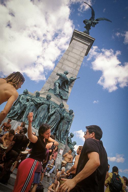 Les tam-tams de Montréal tous les dimanches par beau temps au pied du Mont-Royal.