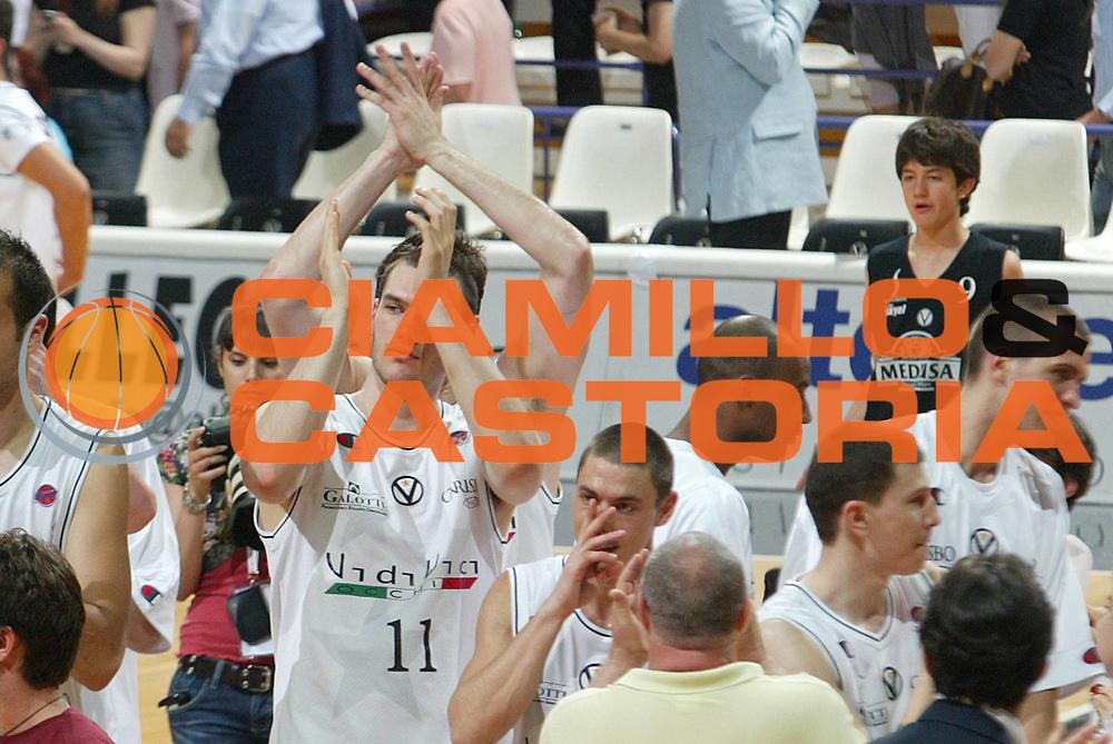 DESCRIZIONE : Bologna Lega A1 2006-07 Playoff Quarti di Finale Gara 3 VidiVici Virtus Bologna Angelico Biella <br /> GIOCATORE : Team Virtus Bologna <br /> SQUADRA : VidiVici Virtus Bologna <br /> EVENTO : Campionato Lega A1 2006-2007 Playoff Quarti di Finale Gara 3 <br /> GARA : VidiVici Virtus Bologna Angelico Biella <br /> DATA : 22/05/2007 <br /> CATEGORIA : Esultanza <br /> SPORT : Pallacanestro <br /> AUTORE : Agenzia Ciamillo-Castoria/M.Minarelli