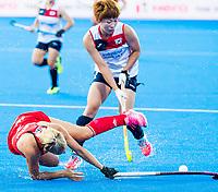 Londen - Hannah Martin (Eng)  met Heesun Jang (Kor)   tijdens de cross over wedstrijd Engeland-Korea (2-0) bij het WK Hockey 2018 in Londen.   COPYRIGHT KOEN SUYK