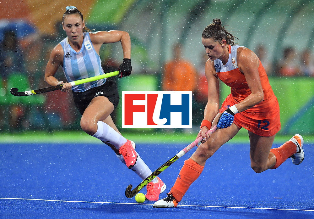Argentina's Florencia Habif (L) vies with Netherland's Lidewij Welten during the women's quarterfinal field hockey Netherlands vs Argentina match of the Rio 2016 Olympics Games at the Olympic Hockey Centre in Rio de Janeiro on August 15, 2016. / AFP / Carl DE SOUZA        (Photo credit should read CARL DE SOUZA/AFP/Getty Images)