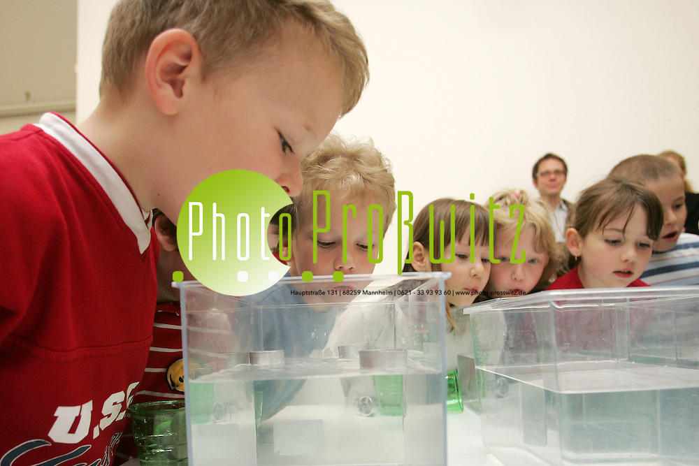 Mannheim. Stadtmarketing veranstaltet eine Pressekonferrenz im Landesmuseum f&uuml;r Technik und Arbeit (LTA). Gr&uuml;ndung des Kindergartenlabor e.V. wird vorgestellt.<br /> <br /> <br />  Das ist der Tag, an dem das Gummib&auml;rchen tauchen lernt. Auf dem Tisch steht ein Aquarium, der f&uuml;nfj&auml;hrige Thomas setzt sein Teelicht-Boot mit dem leckeren Tierchen vorsichtig aufs Wasser, st&uuml;lpt ein umgedrehtes Glas dar&uuml;ber und dr&uuml;ckt es nach unten. Boot und B&auml;rchen senken sich mit dem Glas bis auf dem Boden des Aquariums und tauchen mit dem Becher auch wieder auf, ohne nass geworden zu sein.<br /> <br /> Die Jungen und M&auml;dchen aus dem Kindergarten staunen mit offenem Mund, bis ihnen Clown J&ouml;rn erkl&auml;rt, dass die Luft im Glas das Eindringen des Wassers verhindert hat. Physik, Chemie und Biologie den Kleinen spielerisch beizubringen, das ist die Absicht von J&ouml;rn Birkhahn. Er ist der Initiator des Kindergartenlabors in Mannheim, will &quot;den kleinen und wachen K&ouml;pfen so viele und so vielf&auml;ltig Anregungen wie m&ouml;glich geben&quot;. Als Clown geht er in die Kinderg&auml;rten, macht zusammen mit den Jungen und M&auml;dchen Experimente, bietet den Erzieherinnen und Erziehern Fortbildung an, damit diese mit den Kindern weiterarbeiten k&ouml;nnen.<br /> <br /> Mit seinem rot-wei&szlig;-gestreiften Hemd, den gro&szlig;en schwarzen Schuhen und der Knollennase im Gesicht begeistert er die Kleinen. &quot;Als Clown bin ich eine Figur, mit der sich die Kinder am besten identifizieren k&ouml;nnen, weil ich auf der gleichen Ebene wie sie stehe&quot;, hat J&ouml;rn Birkhahn festgestellt.<br /> <br /> Nach den ern&uuml;chternden Ergebnisse der Pisa-Studie pl&auml;dieren Politiker und P&auml;dagogen daf&uuml;r, bereits die Kindergartenzeit zur F&ouml;rderung der Kleinen zu nutzen und nicht erst bis zur Grundschule zu warten. Birkhahn sieht die in der Regel einseitige Festlegung auf die Sprachf&ouml;rderung und bedauert, dass die 