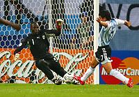 2:0 Tor v.l. Torwart Jean-Jacques Tizie, Torschuetze Javier Saviola<br /> Fussball WM 2006 Argentinien - Elfenbeinkueste <br /> Argentina - Elfenbenskysten<br /> Norway only