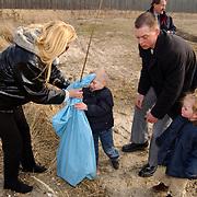 Zangeres Hanny plant een boom ter nagedachtenis aan haar overleden dochter Deborah in het KWF herdenkingsbos Kankerbestrijding Dronten, zoon patrick en kleinkinderen