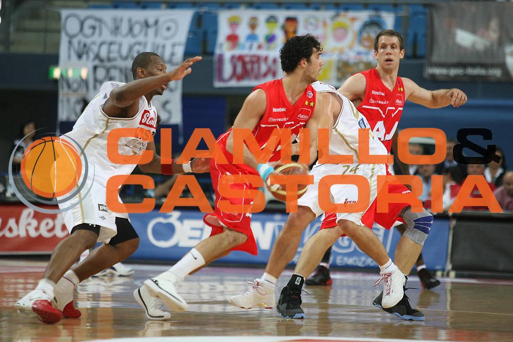 DESCRIZIONE : Pesaro Lega A1 2008-09 Scavolini Spar Pesaro Armani Jeans Milano<br /> GIOCATORE : Luca Vitali<br /> SQUADRA : Armani Jeans Milano<br /> EVENTO : Campionato Lega A1 2008-2009 <br /> GARA : Scavolini Spar Pesaro Armani Jeans Milano<br /> DATA : 12/10/2008 <br /> CATEGORIA : passaggio<br /> SPORT : Pallacanestro <br /> AUTORE : Agenzia Ciamillo-Castoria/M.Marchi