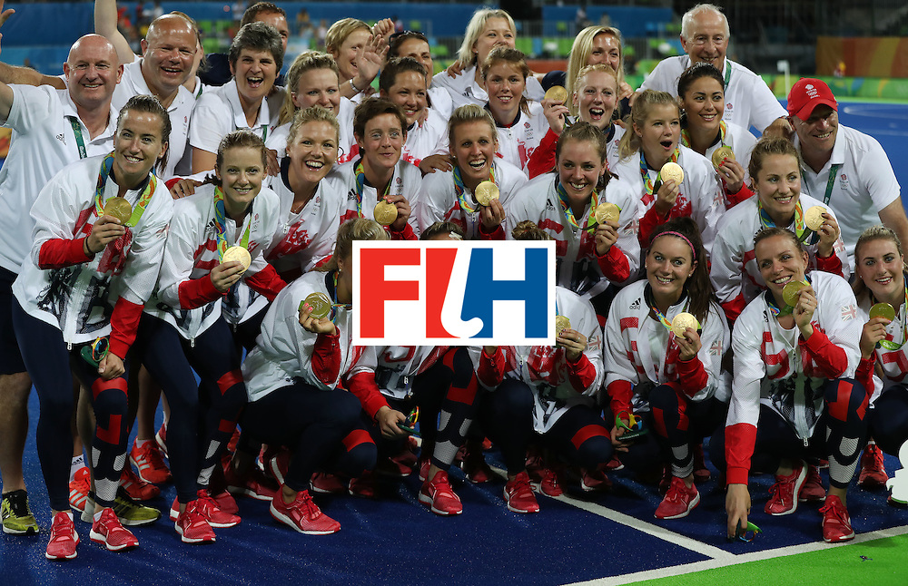 RIO DE JANEIRO, BRAZIL - AUGUST 19:  Great Britain celebrates with their medals after winning a penalty shoot out during the Women's Hockey final between Great Britain and the Netherlands on day 14 at Olympic Hockey Centre on August 19, 2016 in Rio de Janeiro, Brazil. (Photo by Ian MacNicol/Getty Images)