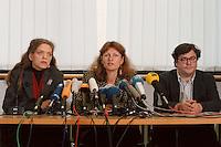 15.12.1998, Deutschland/Bonn:<br /> Antje Radcke, und Gunda Röstel, Sprecherinnen des Bundesvorstandes B90/Grüne, und Reinhard Bütikofer, politischer Geschäftsführer B90/Grüne,während einer Pressekonferenz zur konstituierenden Sitzung, Haus der Geschichte, Bonn <br /> IMAGE: 19981215-03/01-06<br />  <br /> KEYWORDS: Gunda Roestel, Reinhard Buetikofer