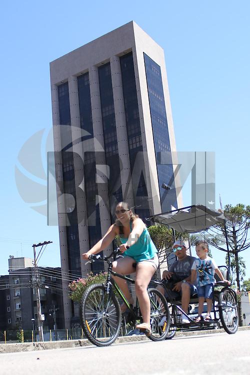 CURITIBA, PR, 09.02.2014 –  COTIDIANO / CICLO LAZER  - Ciclistas aproveitam o domingo (09), para participar do circuito ciclístico que liga dois locais de grande convívio da população curitibana. Projeto conhecido como Ciclo Lazer, atividades se estendem das 8 às 16 horas e são desenvolvidas ao longo da Avenida Cândido de Abreu até a rotatória da Rua Deputado Mário de Barros. Na Praça Nossa Senhora de Salete, Centro Cívico de Curitiba. (Foto: Paulo Lisboa / Brazil Photo Press)