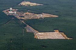 Obertägige Infrastruktur des Erkundungsbergwerks Gorleben (Mitte). Im Vordergrund die Salzhalde mit dem Salz aus dem Bergwerk. Im Hintergrund das Zwischenlager Gorleben. <br /> <br /> Ort: Gorleben<br /> Copyright: Heinz Möser<br /> Quelle: PubliXviewinG