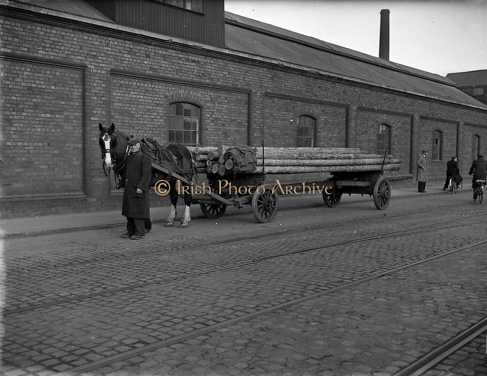 03/12/1952<br /> 12/03/1952<br /> 12 December 1952<br /> View of horse and trailer at Dublin Port.