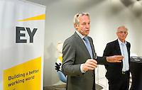 DEN HAAG - Joop Alberda met Paul de Ruijter (r) , hoofd KNHB Academie. KNHB Technisch Kader Congres ' Coach the game' bij EY in Den Haag. FOTO KOEN SUYK