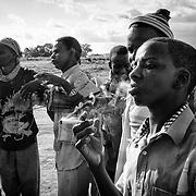 Un jeune centrafricain fume du boyli, une herbe locale aux vertus relaxantes s'apparentant aux effets du canabis, le 20 octobre 2014 dans le camp de Timangolo, à l'est du Cameroun. De plus en plus de jeunes réfugiés consomment des stupéfiants, médicaments et autres solvants. Ce sont les remèdes les plus efficaces et les moins onéreux pour évacuer les mauvaises pensées et les angoisses liées aux traumatismes du conflit. Ce sont les plus nocifs aussi.