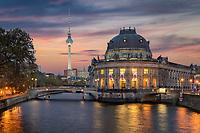 Die Museumsinsel in Berlin ist ein Gesamtkunstwerk mit berühmten Museumsbauten, die in einem außergewöhnlichen Ensemble versammelt sind. Das Bode-Museum liegt am nördlichen Zipfel der Museumsinsel direkt an der Spree, dadurch wirkt es wie ein aus dem Wasser herausragendes monumentales Schiff. Die Museumsinsel gehört seit 1999 zum Weltkulturerbe der UNESCO.