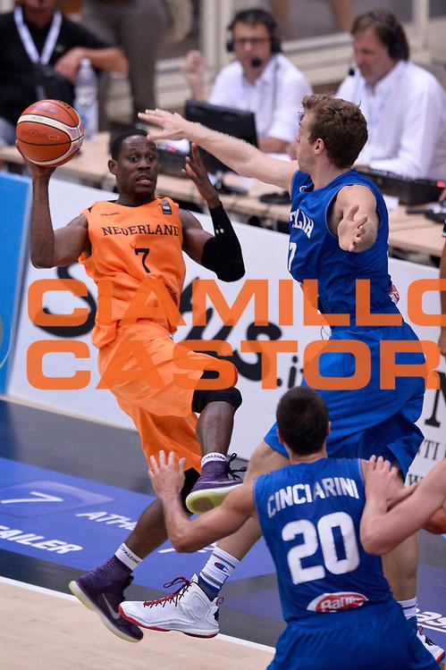 DESCRIZIONE : Trento Nazionale Italia Uomini Trentino Basket Cup Italia Paesi Bassi Italy Netherlands <br /> GIOCATORE : Charlon Kloof<br /> CATEGORIA : penetrazione<br /> SQUADRA : Paesi Bassi Netherlands<br /> EVENTO : Trentino Basket Cup<br /> GARA : Italia Paesi Bassi Italy Netherlands<br /> DATA : 30/07/2015<br /> SPORT : Pallacanestro<br /> AUTORE : Agenzia Ciamillo-Castoria/Max.Ceretti<br /> Galleria : FIP Nazionali 2015<br /> Fotonotizia : Trento Nazionale Italia Uomini Trentino Basket Cup Italia Paesi Bassi Italy Netherlands