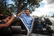 El candidato opositor, Henrique Capriles Radonski se despide de sus simpatizantes luego de ejercer su derecho al voto durante las elecciones regionales realizadas en Caracas. 16 Dic. 2012. (Foto/ivan gonzalez)