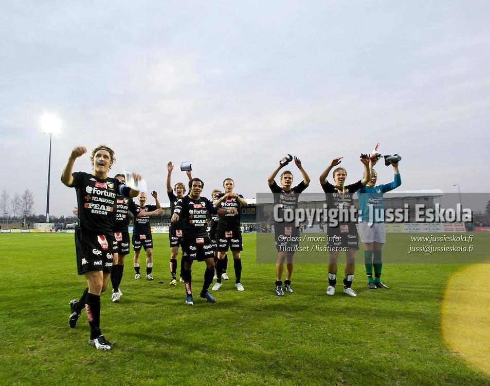 Honka kiittää kannattajia. Honka - MyPa. Veikkausliiga. Espoo 27.4.2008. Photo: Jussi Eskola