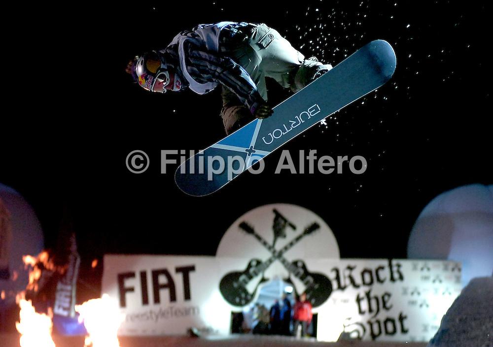 &copy; Filippo Alfero<br /> Bardonecchia (TO), 17/02/2007<br /> Sport, Snowboard<br /> Rock the Spot - half pipe notturno<br /> Nella foto: uno dei riders in azione