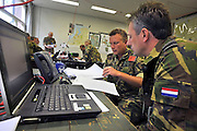 Nederland, Schaarsbergen, 26-9-2011Grote militaire oefening van verschillende onderdelen van de krijgsmacht, leger, Falcon autumn genoemd.Luchtmobiele brigade en luchtmacht met helicopters zoals de Apache.Foto: Flip Franssen/Hollandse Hoogte