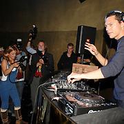 NLD/Amsterdam/20070606 - Opening vernieuwde club Cineac van DJ Tiesto, Tiesto achter de draaitafel