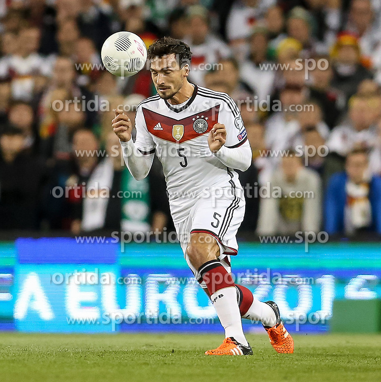 08.10.2015, Avia Stadium, Dublin, IRL, UEFA Euro Qualifikation, Irland vs Deutschland, Gruppe D, im Bild Mats Hummels (Borussia Dortmund #5) bei einem Kopfball // during the UEFA EURO 2016 qualifier group D match between Ireland and Germany at the Avia Stadium in Dublin, Ireland on 2015/10/08. EXPA Pictures &copy; 2015, PhotoCredit: EXPA/ Eibner-Pressefoto/ Risto Bozovic<br /> <br /> *****ATTENTION - OUT of GER*****