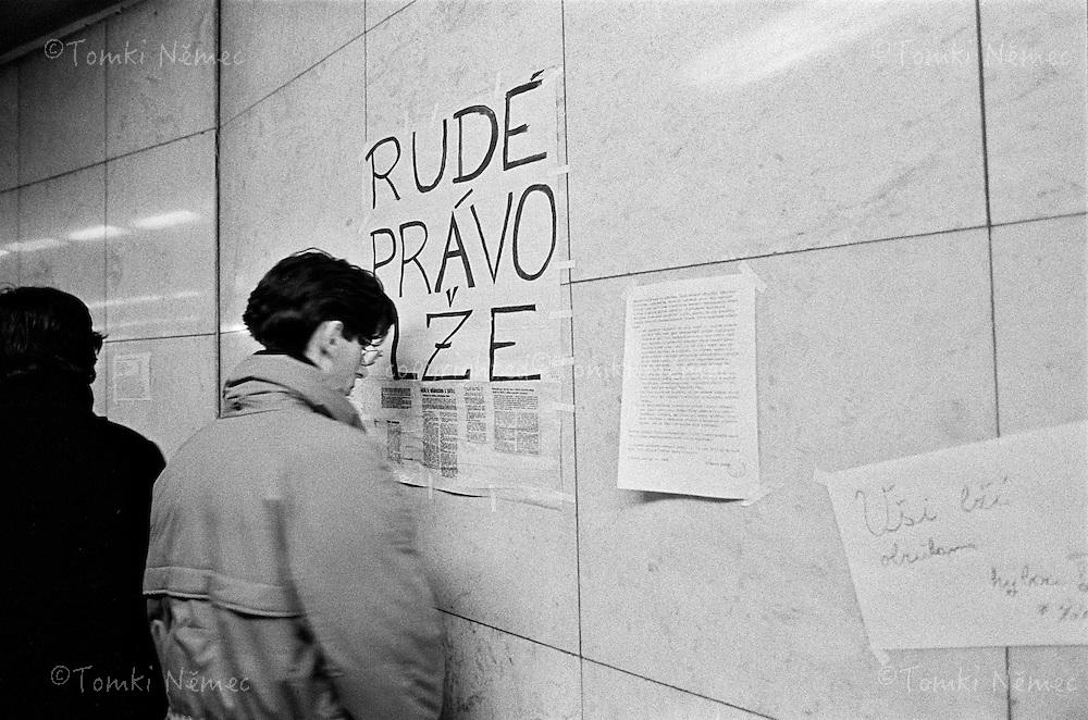 CESKOSLOVENSKO 80s - Ceskoslovenska socialisticka republika<br /> Listopad-prosinec 1989, Sametova revoluce - pocatky. Jeste pred nekolika dny  nemyslitelana vec - na verejnem prostranstvi si lide ctou necenzurovane informace....Vestibul metra Muzeum,Praha