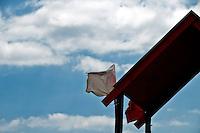 Salento - Puglia - Marina di Pescoluse - Bandiera bianca sulla tettoria rossa della postazione del bagnino.