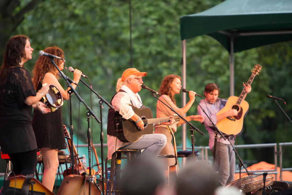 From left to right, Annie Guthrie, Cathy Guthrie, Arlo Guthrie, Sarah Lee Guthrie, and Johnny Irion. The women are all Arlo's daughters.