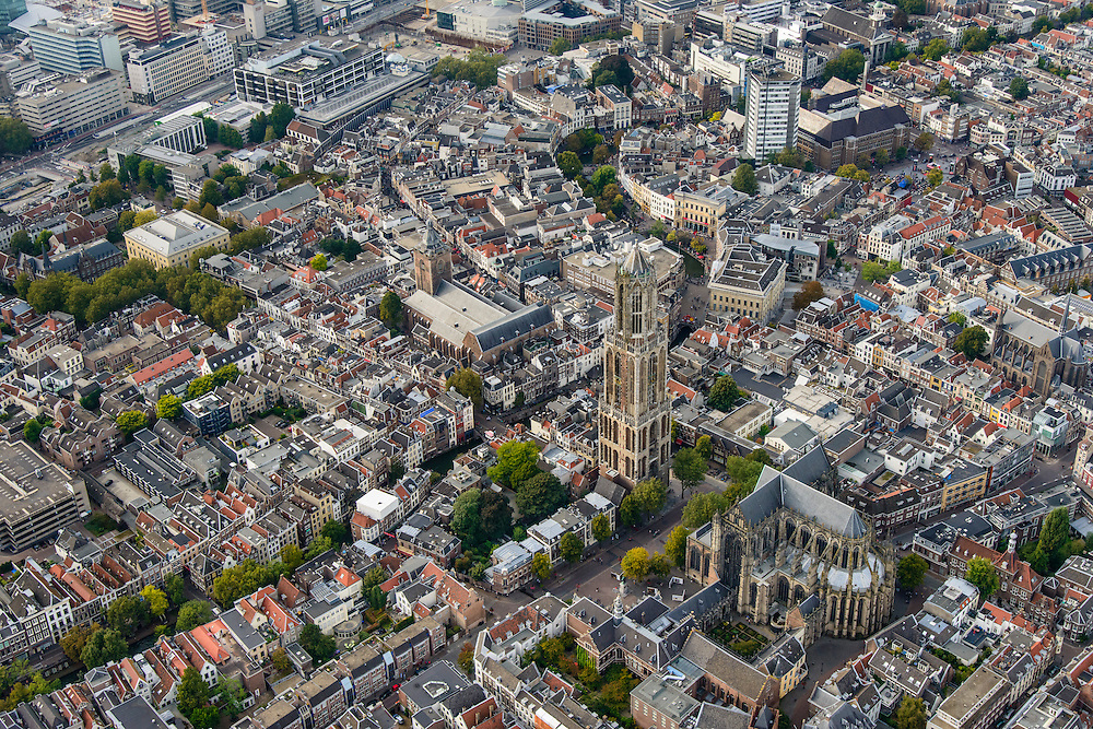 Nederland, Utrecht, Utrecht, 28-09-2014; Domplein met het ontbrekende middenschip van de kerk, rechts de Domkerk (het koor), links de Domtoren. Buurkerk en Oudegracht.<br /> <br /> Dom Tower with the missing nave of the Dom Church (St. Martin's Cathedral).<br /> luchtfoto (toeslag op standard tarieven);<br /> aerial photo (additional fee required);<br /> copyright foto/photo Siebe Swart