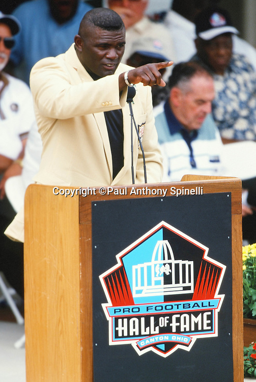 Former New York Giants linebacker Lawrence Taylor points at the podium during his NFL Pro Football Hall of Fame induction speech on Aug. 7, 1999 in Canton, Ohio. (©Paul Anthony Spinelli)