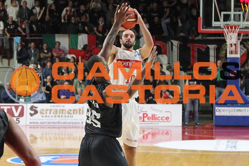 DESCRIZIONE: Varese Lega A 2015/16 <br /> Openjobmetis Varese vs Pasta Reggia Caserta<br /> GIOCATORE: Daniele Cavaliero<br /> CATEGORIA: tiro<br /> SQUADRA: Openjobmetis Varese<br /> EVENTO: Campionato Lega A 2015-2016<br /> GARA: Openjobmetis Varese Pasta Reggia Caserta<br /> DATA: 04/10/2015<br /> SPORT: Pallacanestro<br /> AUTORE: Agenzia Ciamillo-Castoria/A. Ossola<br /> Galleria: Lega Basket A 2015-2016<br /> Fotonotizia: Varese Lega A 2015-16 <br /> Openjobmetis Varese Pasta Reggia Caserta