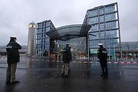 21 JAN 2007, BERLIN/GERMANY:<br /> Polizisten der Berliner Polizei und der Bundespolizei, vor dem Hauptbahnhof Berlin, der augrund stuermischen Wetters weitraemig abgesperrt ist<br /> IMAGE: 20070121-01-002<br /> KEYWORDS: Sturm, Wind, Absperrung