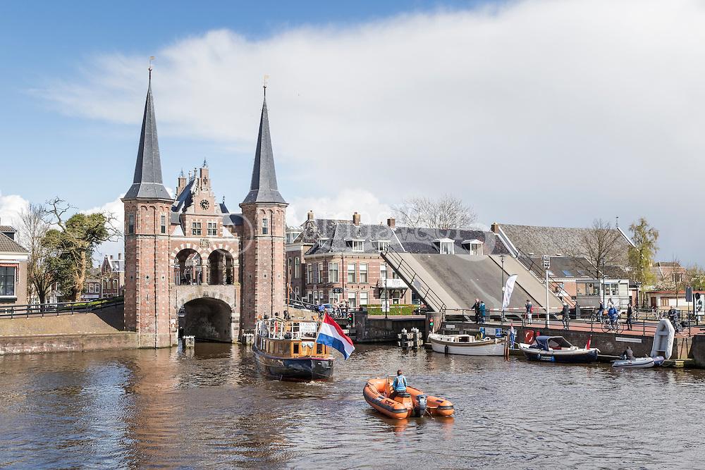 Sneek<br /> <br /> Op zaterdag 23 april draait alles rond de Waterpoort, waar anders, om de watersport. Van 10.00 tot 17.00 uur kunt met vele facetten van de watersport kennis maken tijdens de Friese boten Opstapdag in de kolk van de Waterpoort<br />  <br /> De Boten Opstapdag wordt georganiseerd door watersportboulevard &rsquo;t Ges in samenwerking met varen in Friesland.<br />  <br /> Er wordt een botenshow gehouden en is er een nautische markt plaats bij de Stadsherberg aan de Lemmerweg. Er liggen roeiboten, sloepen, electro- en motorboten klaar om te bekijken en te proberen en worden er supyoga gehouden. Sneek<br /> <br /> Op zaterdag 23 april draait alles rond de Waterpoort, waar anders, om de watersport. Van 10.00 tot 17.00 uur kunt met vele facetten van de watersport kennis maken tijdens de Friese boten Opstapdag in de kolk van de Waterpoort<br />  <br /> De Boten Opstapdag wordt georganiseerd door watersportboulevard &rsquo;t Ges in samenwerking met varen in Friesland.<br />  <br /> Er wordt een botenshow gehouden en is er een nautische markt plaats bij de Stadsherberg aan de Lemmerweg. Er liggen roeiboten, sloepen, electro- en motorboten klaar om te bekijken en te proberen en worden er supyoga gehouden.