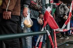 14.10.2015, Bahnhof, Freilassing, GER, Flüchtlingskrise in der EU, im Bild Flüchtlinge halten ihr Essen und warten auf dem Bahnsteig auf den Sonderzug // Refugees with food wait on the platform for the special train, Railway Station, Freilassing, Germany on 2015/10/14. EXPA Pictures © 2015, PhotoCredit: EXPA/ JFK