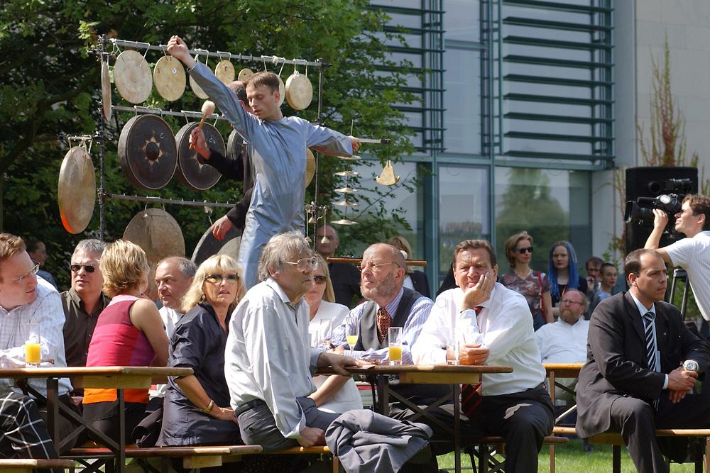"""11 AUG 2002, BERLIN/GERMANY:<br /> Gerhard Schroeder (M-Rechts), SPD, Bundeskanzler, waehrend einer Performance der Kuenstlergruppe phase7 """"Strange Particles Evolution"""", waehrend einem Kuenstlerbrunch, Garten, Bundeskanzleramt<br /> IMAGE: 20020811-01-023<br /> KEYWORDS: Gerhard Schröder, Künstlerbrunch"""
