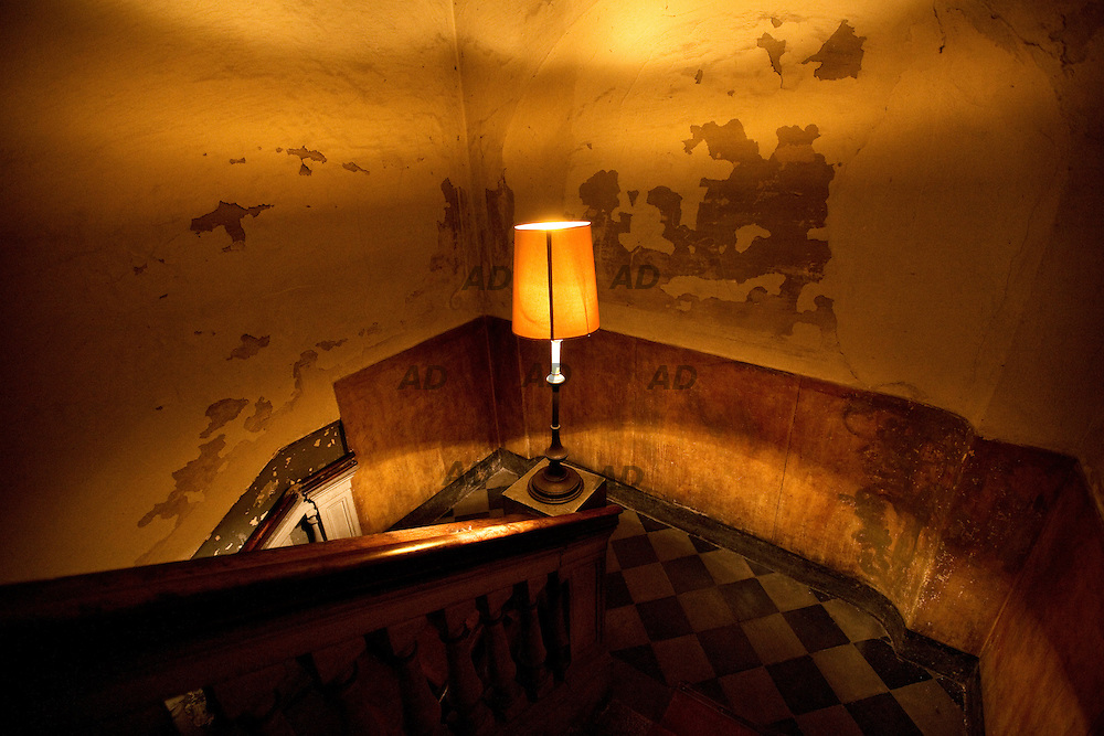 La casa dei demoni (The house of demons) is in a private apartment of seven hundred and fifty square meters, ten minutes from the Duomo. The owner is Oliviero Leti, PR and event organizer who has decided to turn his apartment into an open place, where he host a selection of very few guests.