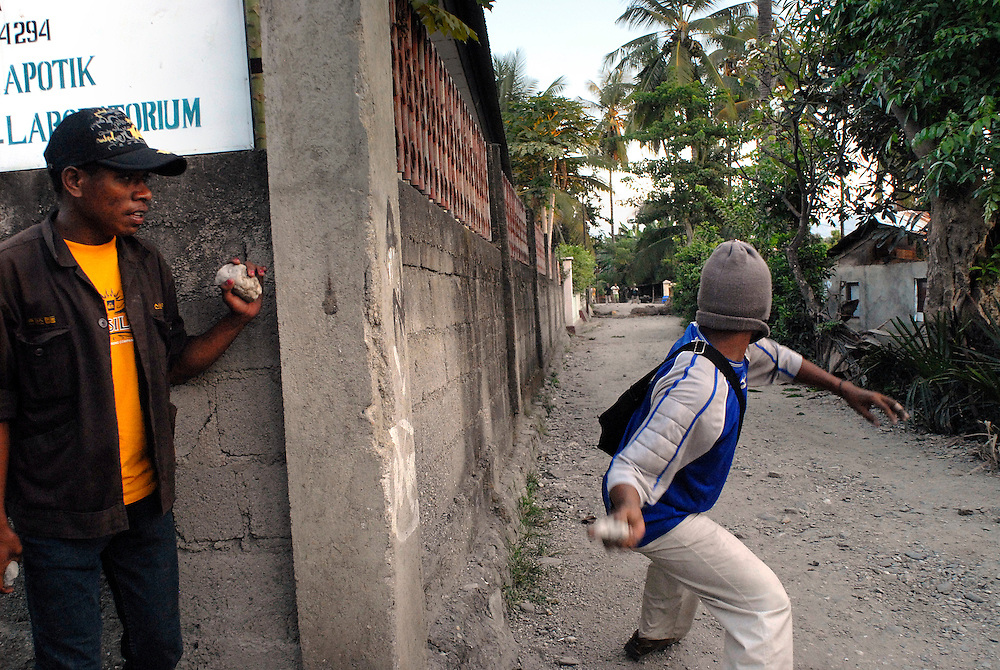 04/06/06 A clash between Easterners ( Lorosae) and Westerners (Loromonu) at Comoro. Dili East Timor