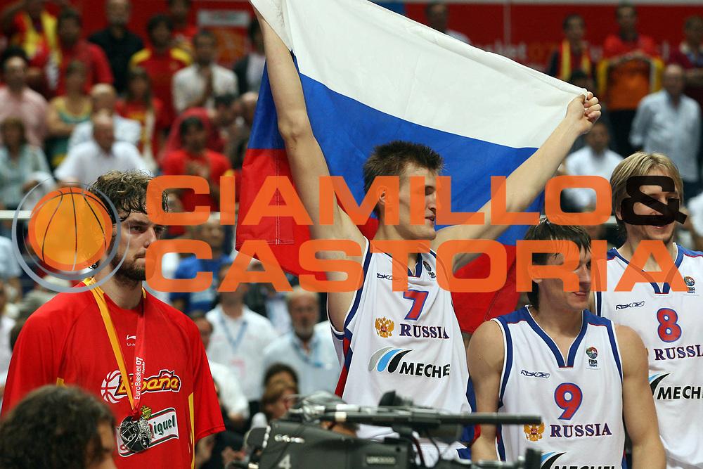 DESCRIZIONE : Madrid Spagna Spain Eurobasket Men 2007 Finals Finale Spagna Russia Spain Russia<br /> GIOCATORE : Pau Gasol Andrei Kirilenko Petr Samoylenko Nikita Morgunov<br /> SQUADRA : Spagna Spain Russia<br /> EVENTO : Eurobasket Men 2007 Campionati Europei Uomini 2007 <br /> GARA : Spagna Russia Spain Russia<br /> DATA : 16/09/2007 <br /> CATEGORIA : esultanza award delusione<br /> SPORT : Pallacanestro <br /> AUTORE : Ciamillo&amp;Castoria/A.Vlachos<br /> Galleria : Eurobasket Men 2007 <br /> Fotonotizia : Madrid Spagna Spain Eurobasket Men 2007 Finals Finale Spagna Russia Spain Russia<br /> Predefinita :