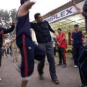 Terminé l'entraînement, les élèves du Bhiwani Boxing Club dansent sur une musique indienne dans la cour du complexe. Chaque jour le coach Ms. Singh veut  donner aux jeunes un moment de divertissement et soulagement, après la concentration et la discipline