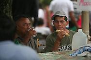 Personas difrutan productos derivados del Maiz Domingo Agosto 14, 2011 en Sesori, San Miguel, El Salvador durante el festival del Maiz. Los Salvadorenos celebran esta fiesta por las buenas cosechas del principal producto de la dieta alimenticia. Photo: Ricardo Carrillo/Imagenes Libres.