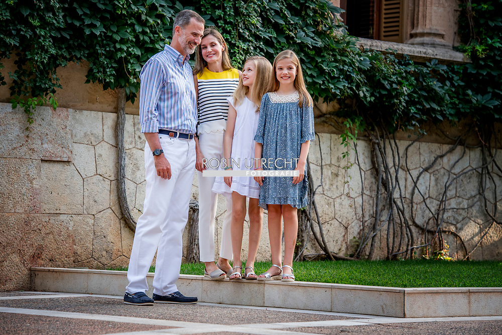 31-7-2017 PALMA DE MALLORCA - Koning Felipe, Koningin Letizia, Prinses Leonor, Prinses Sofia stellen tijdens de vakantie Photosession King Felipe, Queen Letizia, Prinses Leonor, Prinses Sofia vormen tijdens de fotosessie voor de media in het Marivent Palace tijdens de vakantie In Palma de Mallorca<br />   Palma de Mallorca, Mallorca eiland, Balearen, Spanje, 31 juli 2017 COPYRIGHT ROBIN UTRECHT 31-7-2017 PALMA DE MALLORCA - King Felipe, Queen Letizia, Princess Leonor, Princess Sofia pose during the holiday Photosession King Felipe, Queen Letizia, Princess Leonor, Princess Sofia pose during the Photosession for the media at the Marivent Palace during the holiday in Palma de Mallorca <br />  Palma de Mallorca, Mallorca island, Balearic Islands, Spain, 31 July 2017 COPYRIGHT ROBIN UTRECHT <br /> <br /> 31-7-2017 PALMA DE MALLORCA - King Felipe, Queen Letizia, Princess Leonor, Princess Sofia pose during the holiday Photosession King Felipe, Queen Letizia, Princess Leonor, Princess Sofia pose during the photo session for the media at the Marivent Palace during the holiday In Palma de Mallorca<br /> &nbsp; Palma de Mallorca, Mallorca island, Balearic Islands, Spain, 31 July 2017 COPYRIGHT ROBIN UTRECHT