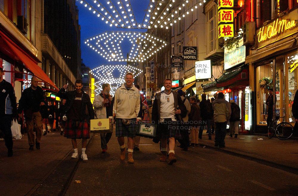 19-11-2003 VOETBAL: SUPPORTERS EK KWALIFICATIE: AMSTERDAM<br /> Schotse en Oranje fans in de binnenstad van Amsterdam<br /> &copy;2003-WWW.FOTOHOOGENDOORN.NL