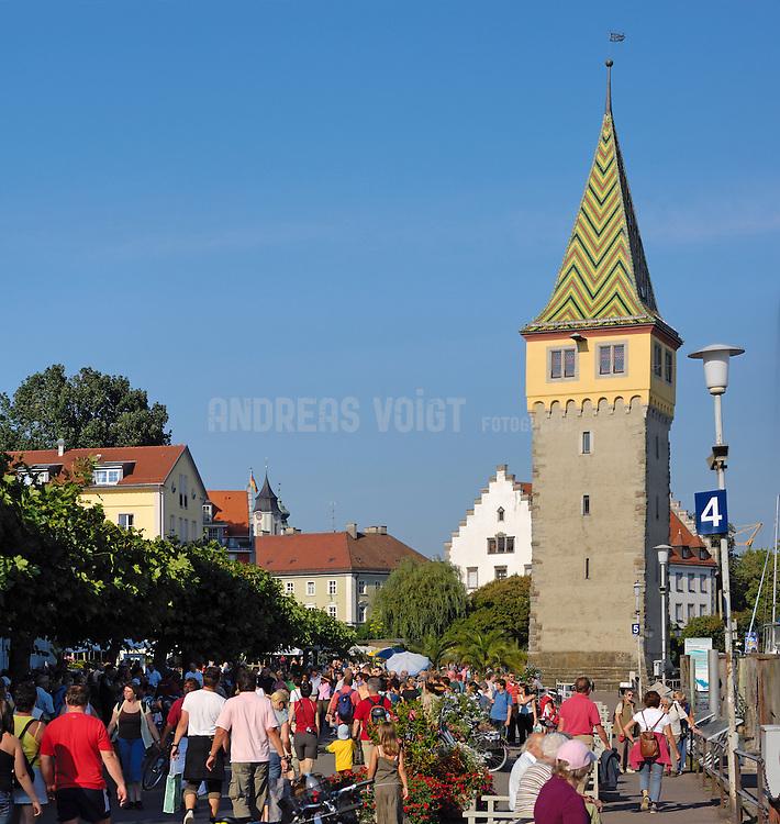 Spaziergänger an der Uferpromenade des Bodensee in Lindau