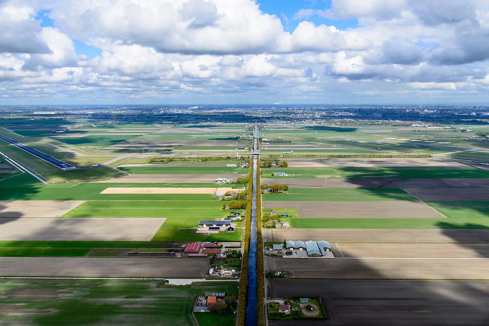 Nederland, Noord-Holland, Gemeente Haarlemmermeer, 28-04-2017; Hoofddorp, Hoofdweg en Hoofdvaart, met Polderbaan.<br /> Polder Haarlemmermeer.<br /> luchtfoto (toeslag op standard tarieven);<br /> aerial photo (additional fee required);<br /> copyright foto/photo Siebe Swart